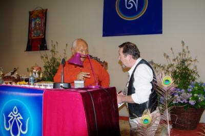 Chögyal Namkhai Norbu parlant avec moi au séminaire de Paris le 24 septembre 2011