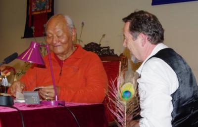 Chögyal Namkhai Norbu souriant des commentaires que j'ai faits à l'un de ses livres