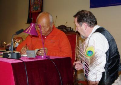 Chögyal Namkhai Norbu me donnant les references d'un nouveau livre
