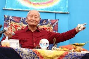 Une de mes photos privées du Maitre Dzogchen Chögyal Namkhai Norbu pendant une conférence