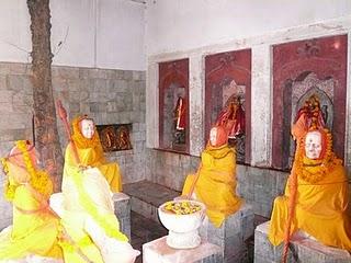 Shankara et ses principaux disciples. Petit temple situé dans l'enceinte de Pashoupatinâth, Kathmandou